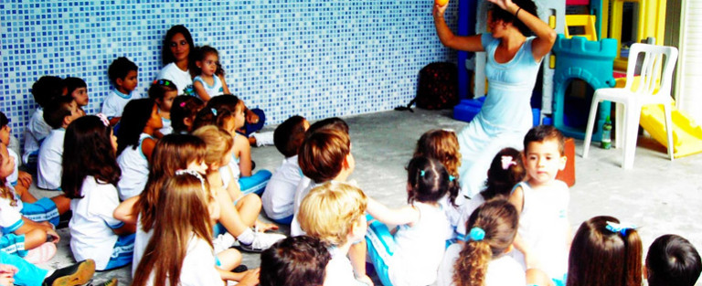 Arte Educadora Silvana conta história pra PES